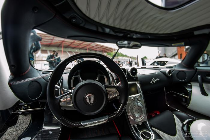 top 5 best supercars interiors i 39 ve seen. Black Bedroom Furniture Sets. Home Design Ideas