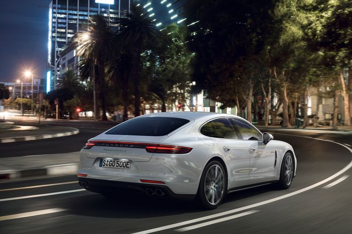 New 2018 Porsche Panamera Sport Turismo Shows Its Sexy Side