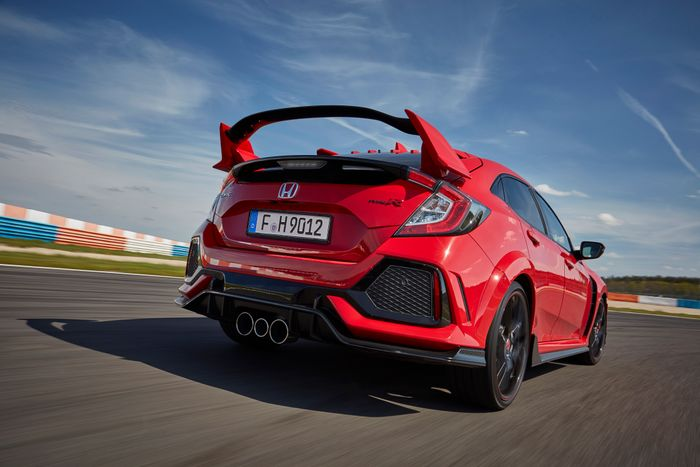 Honda's Incredible Civic Type R Arrives with CarPlay, Premium Everything