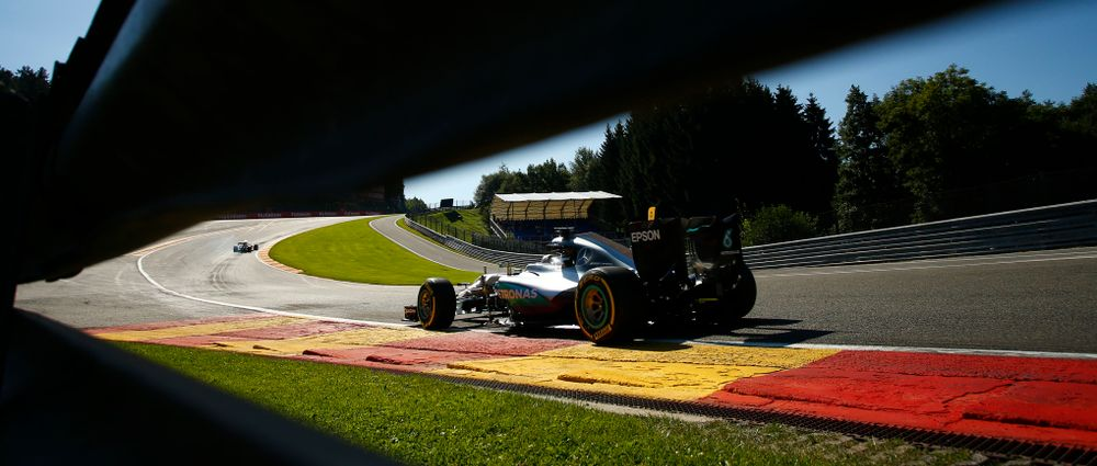 9 Wonderful Gifs Of F1 Drivers Tackling Eau Rouge