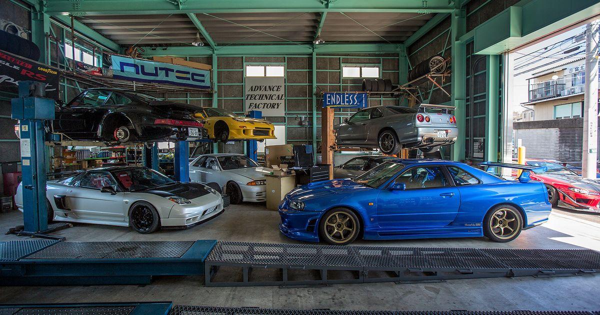 Just your typical japanese tuning garage for Garage skoda paray vieille poste
